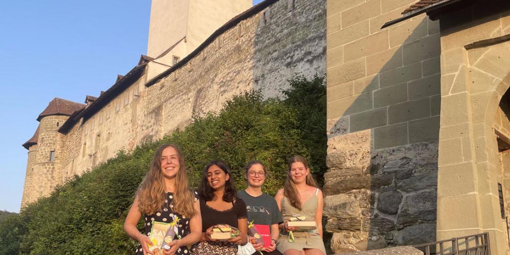 Die vier Schweizer Finalistinnen in der internationalen Biologie-Olympiade wurden alle ausgezeichnet: Sanjitha Koundinya (2.v.l.) garnierte eine Silbermedaille, Orna Frohnert, Malena Kradolfer und Anna Salud (v.l.n.r.) erhielten Ehrenurkunden (Pre...