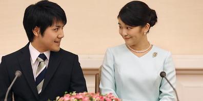 Die japanische Prinzessin Mako und ihr bürgerlicher  Verlobter Kei Komuro bei der Ankündigung ihrer Verlobung 2017. Nun hat das Paar nach Überwindung zahlreicher Widerstände ohne die traditionellen Zeremonien geheiratet.