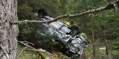 Am Sonntag stürzte ein Auto einen steilen Abhang hinunter und überschlug sich mehrfach.