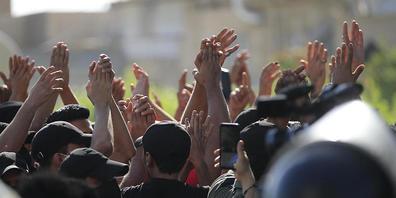Irakische Sicherheitskräfte stehen Wache, während Demonstranten die Wahlergebnisse anprangern und eine manuelle Nachzählung der Parlamentswahlen fordern. Foto: Hadi Mizban/AP/dpa