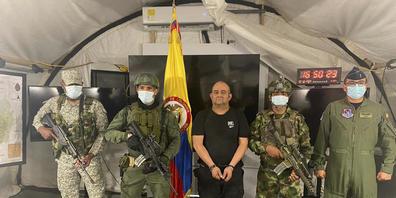 HANDOUT - Auf diesem vom Pressebüro des kolumbianischen Präsidenten veröffentlichten Foto steht einer der meistgesuchten Drogenbosse des Landes, Dairo Antonio Usuga (M) alias «Otoniel», Chef des sogenannten Golfclans, auf einem Militärstützpunkt. ...
