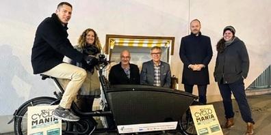 Im Bild von links: Remo und Sabrina Nideröst (Gewinner aus Lenggenwil), Stadtpräsident a.i. Daniel Meili, Stadtrat Daniel Stutz, Beat Bollinger (Direktor Raiffeisenbank Wil) und Sarah Hug (Regio Wil).