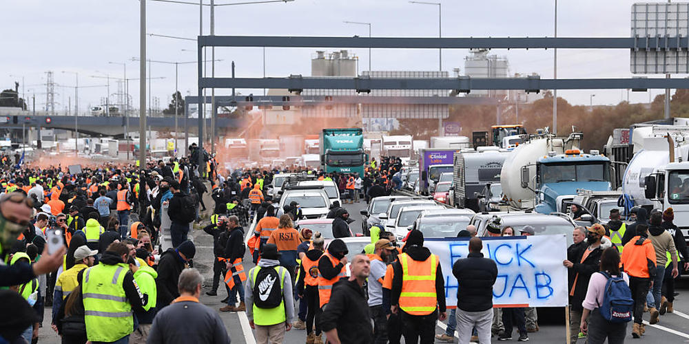 CMFEU construction workers and far right activists are seen protesting on the West Gate Freeway in Melbourne, Tuesday, September 21, 2021. (AAP Image/James Ross) NO ARCHIVING