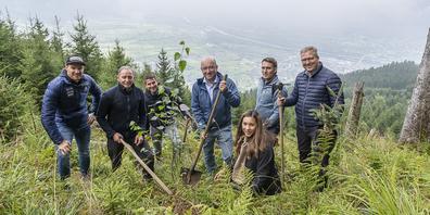 v.l. Dario Cologna, August Ammann, Christof Schwarber, Beat Tinner, Lizan Kuster, Philipp Näf und Martin Jara pflanzen die ersten von 10´000 Bäumen ein