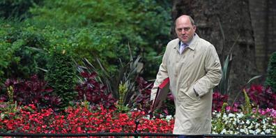 """FILED - Der britische Verteidigungsminister, Ben Wallace, auf dem Weg zur Kabinettssitzung. Wallace weist gegenüber Sky News Frankreichs Kritk am U-Boot-Deal zwischen Großbritannien, der USA und Australien zurück. """"Wir haben keine Veranlassung, di..."""