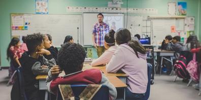 Maske weg: Die Maskenpflicht für Lehrpersonen, das übrige Personal und erwachsene Dritte in den Volksschulgebäuden wird aufgehoben.
