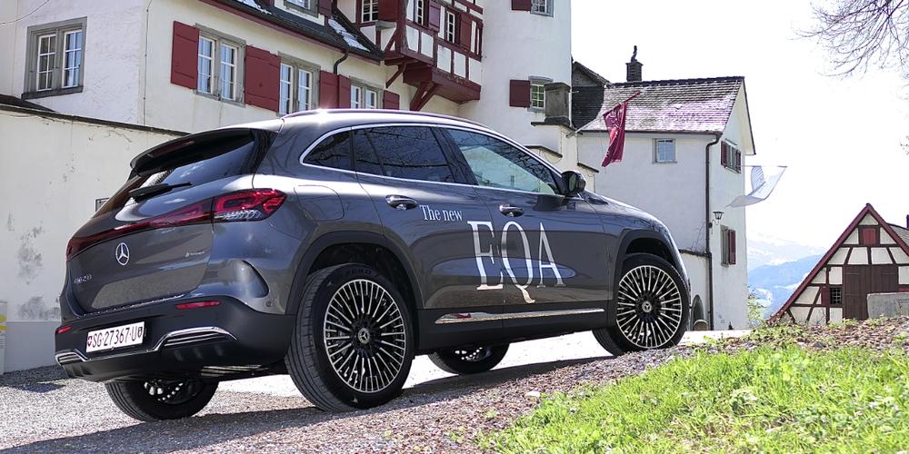 Der Mercedes-Benz EQA macht vor Schloss Weinstein eine mehr als gute Figur