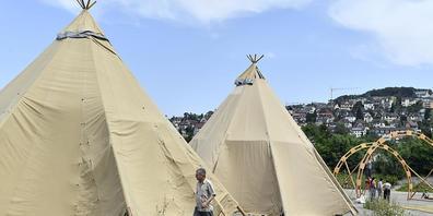 Eine Woche lang wollen die Klima-Aktivisten auf der Zürcher Hardturm-Brache bleiben. Im Bild der Aufbau des Camps.