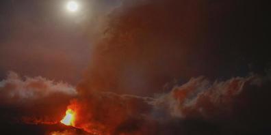 dpatopbilder - Auf der Vulkaninsel La Palma begräbt die um die 1000 Grad heiße Lava auf ihrem Weg zum Meer ein Haus nach dem anderen. Foto: Kike Rincon/Europa Press/dpa