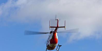 Ein Rega-Helikopter brachte den schwerverletzten Velofahrer in ein Spital. (Symbolbild)