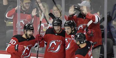 Die New Jersey Devils bejubeln den Treffer ihres Captains Nico Hischier