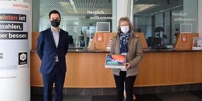 Manuel Salis, Leiter der Geschäftsstellen Ober- und Niederbüren, mit Luzia Meier, Gewinnerin der Verlosung eines iPad Pro.