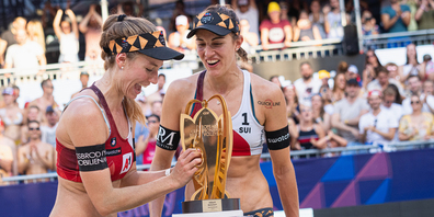 Nina Betschart und Tanja Hüberli können es nicht fassen, als sie ihren EM-Pokale vor sich sehen.