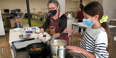 Unter Mithilfe von Lehrpersonen werden Familienrezepte nachgekocht, optimiert und in eine Rezeptvorlage geschrieben.