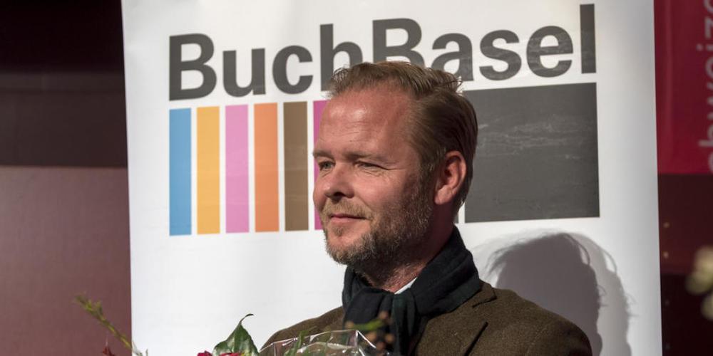 """Der Schweizer Autor Christian Kracht wurde 2016 für sein Werk """"Die Toten"""" mit dem Schweizer Buchpreis ausgezeichnet. Jetzt hat er seinen Roman """"Eurotrash"""" von der Liste der Nominierten zurückgezogen. (Archivbild)"""