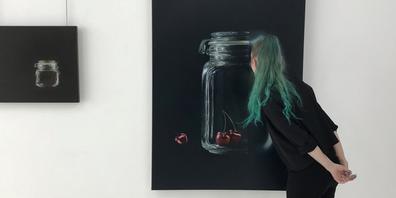 Tiefgründige Lebensaspekte in einer künstlerisch ausdrucksstarken Bildsprache sowie das Erstaunen über die meisterhaft-detaillierte Maltechnik begleiten den Interessierten durch diese Ausstellung.