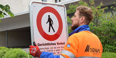 Haben die gewünschte Wirkung bisher erfüllt: Verbotstafeln, welche die Gemeinde Schübelbach beim Stockbergschulhaus und beim Schulhaus Dorf Mitte Mai aufstellen liess.