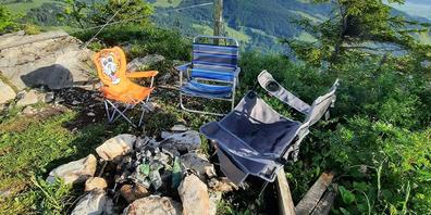 Sauerei: Statt ihren Abfall nach dem Grillieren wieder mit nach Hause zu nehmen,  liessen ihn Wanderer am Sonntag auf dem Gross Aubrig stehen und liegen.
