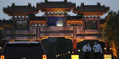 Ein Auto der US-Botschaft wartet vor dem Hotel, in dem amerikanische und chinesische Beamte zu Gesprächen erwartet werden. US-Vizeaußenministerin Sherman reist als bisher ranghöchste Vertreterin der US-Regierung seit dem Amtsantritt von Präsident ...