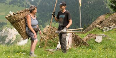 Bergbauernfamilien freuen sich im Sommer über jede helfende Hand eines Freiwilligen.