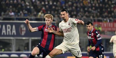 Zlatan Ibrahimovic (rechts) muss sich hier gegen Bolognas Jerdy Schouten wehren