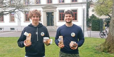 Leonhard Kick und Anduel Hoxha mit frucht-X Produkten vor der Kantonsschule am Burggraben in St. Gallen.