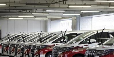 Der japanische Autokonzern Toyota hat die Knappheit bei Halbleitern besser verkraftet als viele Konkurrenten und im ersten Geschäftsquartal dank der Erholung der Nachfrage einen Gewinnsprung gemacht. (Archivbild)