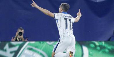 Remo Freuler feiert seinen frühen Führungstreffer für Atalanta - am Ende gibts bei Villarreal einen Punkt
