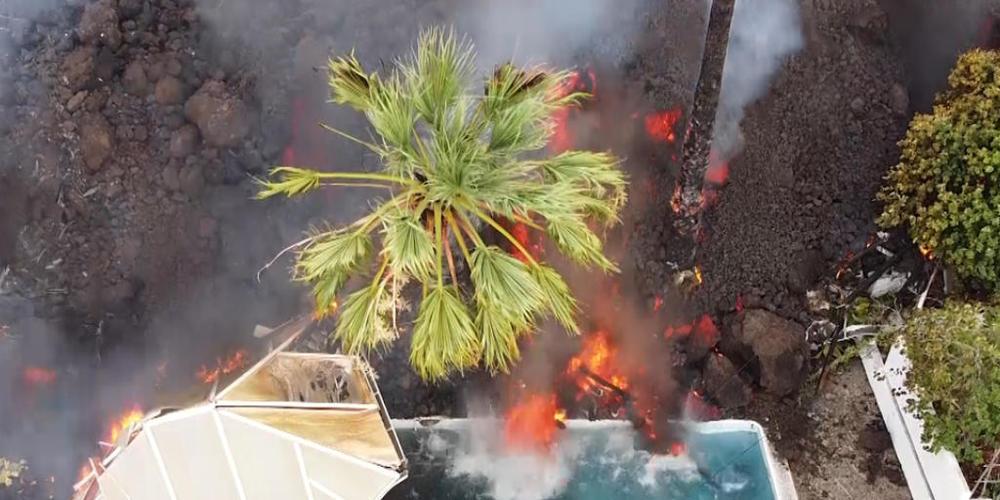 Ein Haus und ein Swimmingpool werden nach dem Vulkanausbruch von der Lava begraben. Mehrere Lavaströme wälzten sich auch die Nacht über mit einer Geschwindigkeit von etwa 700 Metern pro Stunde bergab in Richtung bebauter Gebiete. Foto: Europa Pres...
