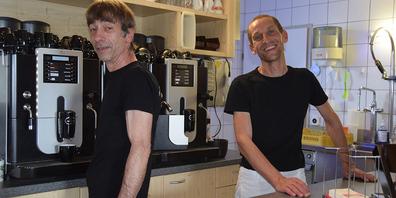 Käser und Gastwirte in einem: Der Wollerauer Remo Bertenghi (links) und Thomas Kuster sind die neuen Pächter der Alpwirtschaft Zwäcken mitten im Mythengebiet. Sie wollen demnächst so richtig loslegen.
