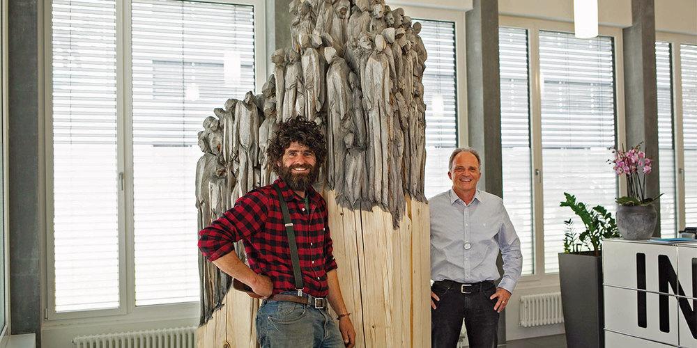 Künstler Luzi Scherrer mit CEO Urs Hartmann.