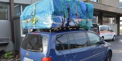 532 Kilo Material lud ein deutscher Autofahrer auf sein Autodach. Erlaubt sind 50 Kilo. Die Nidwaldner Kantonspolizei hielt ihn auf der A2 Richtung Süden an.