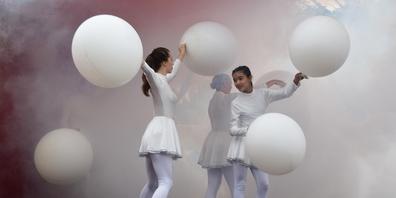 Die Jugendlichen spielten mit verschiedenen Elementen, etwa Rauch und Ballonen.