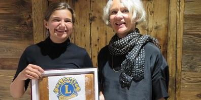 Alina Loacker freute sich über den Anerkennungspreis, den ihr Lions-Club Präsidentin Annette Joos überreichte.