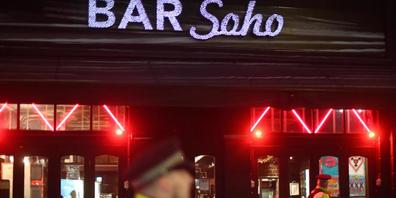 ARCHIV - Polizeibeamte stehen vor der Bar Soho in London. Derzeit fehlen in der britischen Club-Branche die Türsteher. Foto: Victoria Jones/PA Wire/dpa