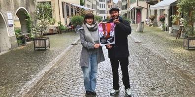 Rebecca Häusel (l.) und Frédéric Zwicker halten eines der 20 neuen Kulturspaziergang-Plakate.