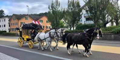 Die letzte Rickenpostkutsche machte sich auch in diesem Jahr zu einer Fahrt für die Uzner Hochzeitspaare auf.