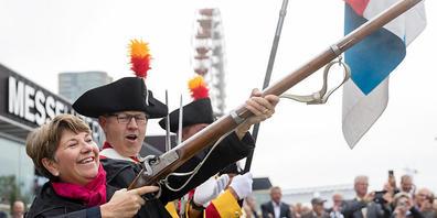 Bundesrätin Viola Amherd schiesst mit einem Gewehr der Grenadiere der Zunft zu Safran zum Abschluss des Eidgenössischen Schützenfestes in Luzern.