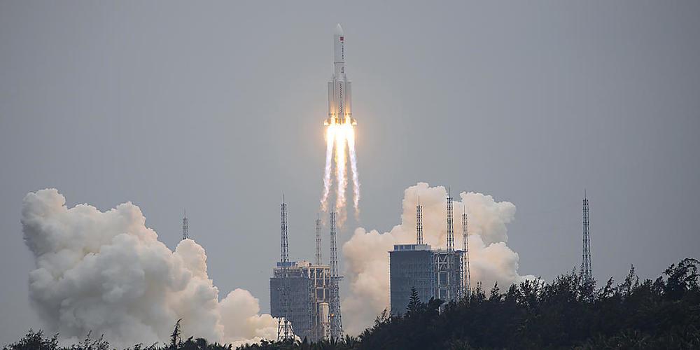 """Eine chinesische Rakete des Typs """"Langer Marsch"""" droht unkontrolliert auf die Erde zu stürzen. (Archivbild)"""