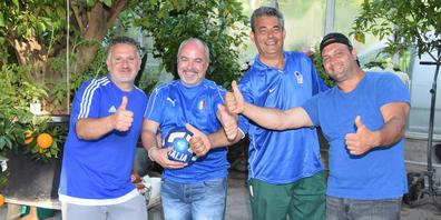 Giovanni Rosafio (2.v.r.) hat für den Interviewtermin in seinem Gartenbaugeschäft in Altendorf mit Andreas Marcucci, Giuseppe Zinno und Davide Gianelli (v.l.) gleich schon Unterstützung für Italien mitgebracht.