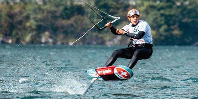 Der Fajauner Bruce Kessler fährt beim Kitefoil-Wettkampf am Traunsee auf Rang 11.