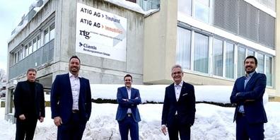 Die Verantwortlichen vor dem neuen Clientis Beratungszentrum in Gossau: Marcel Gähler (ATIG AG), Patrick Schiegg (Clientis Bank Oberuzwil AG), Dr. Martin E. Looser (Küng Rechtsanwälte & Notare AG), Adrian Müller (Clientis Bank Oberuzwil AG) und Thomas Mesmer (ATIG AG).