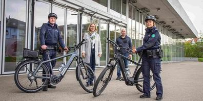 Zwei E-Bikes für die Gossauer Stadpolizei, im Hintergrund Stadträtin Claudia Martin und Lieferant Markus Gätzi.