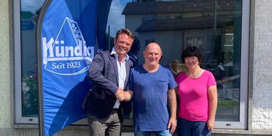 Marlies und Erwin Rechsteiner übergeben ihren Laden an David Vincze von der Kündig Feinkost AG.