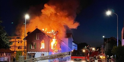 Das Feuer brach bei einem Gebäude an der Seestrasse in Bäch (SZ) aus.