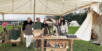 Die Familie Heise mit ihrem stilechten Sortiment aus Met und alten Heilmitteln