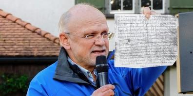 Historiker Thomas Fuchs präsentierte als Beweisstück das Faksimile der Urkunde aus dem Jahr 821. Das Original ist im Kloster St. Gallen archiviert.