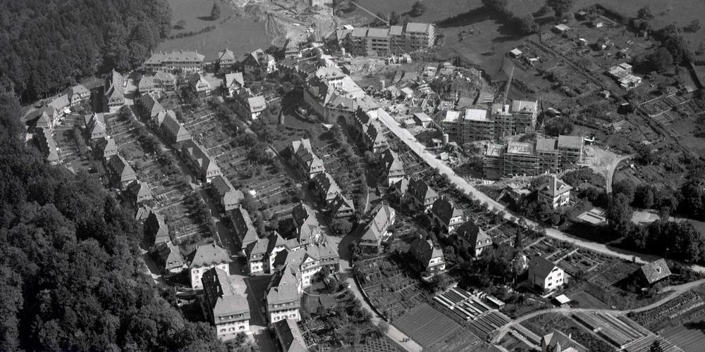 In den 1960er-Jahren wird die Schorensiedlung nach Norden erweitert. Dieses Luftbild aus dem Jahr 1964 zeigt die Baustelle für die Verlängerung der Schorenstrasse und der Hölzlistrasse.
