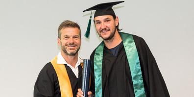 Alain Nef (rechts) mit Professor Wolfgang Jenewein bei der Abschlussfeier