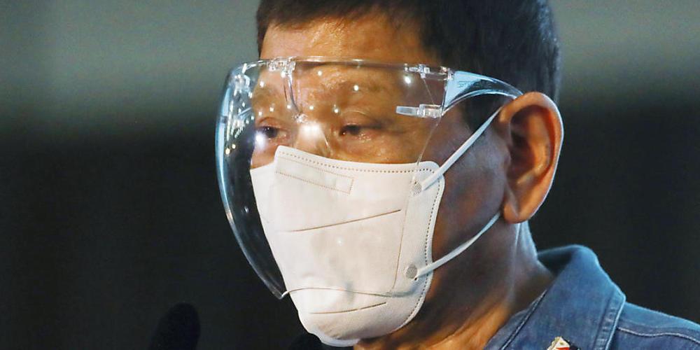 Rodrigo Duterte, Präsident der Philippinen, erklärt, man solle Menschen, die sich nicht gegen das Coronavirus impfen lassen wollen, am besten im Schlaf die Spritze setzen. Foto: Lisa Marie David/POOL REUTERS/AP/dpa